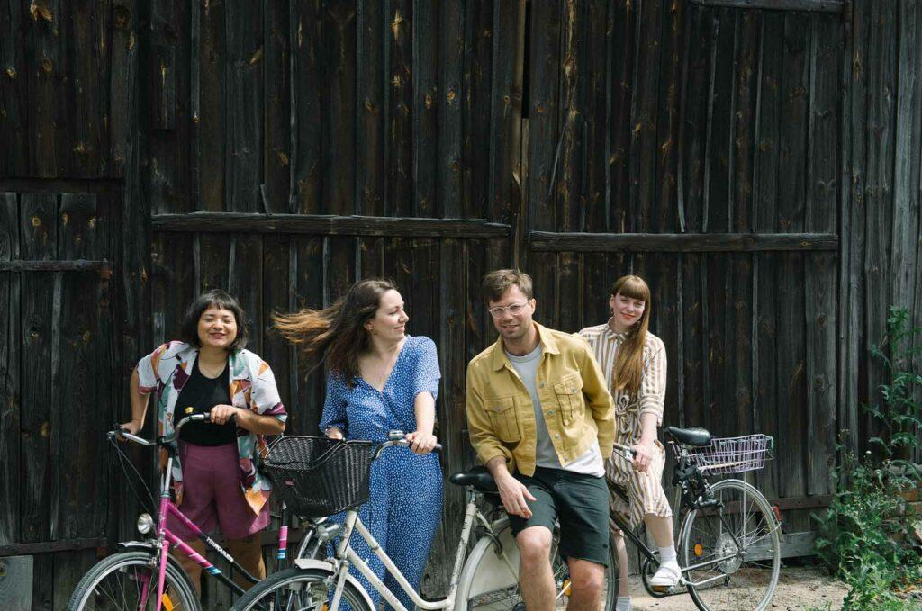 Gruppenbild mit Fahrrädern